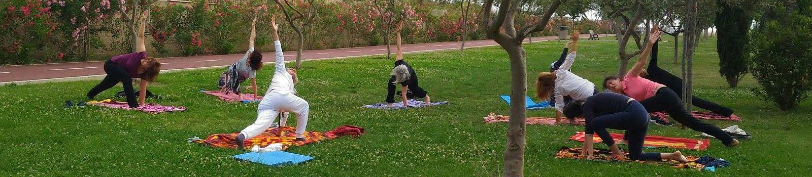 Foto di una nostra lezione di Yoga all'aperto nel quartiere mezzocammino